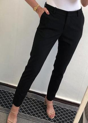 Стильные базовые чёрные брюки прямого фасона