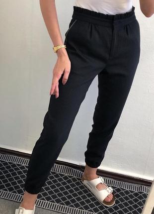 Стильные плотные фактурные осенние брюки джоггеры