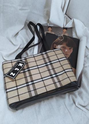 Актуальная сумочка среднего размера в стиле burberry