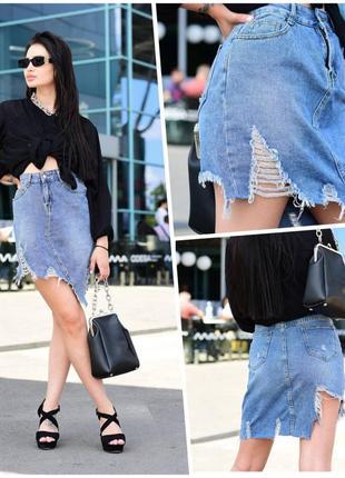 Стильная асимметрическая джинсовая юбка рваная / с потёртостями