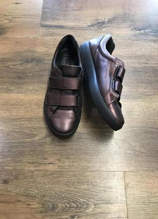 Красивые кожаные кроссовки на липучках