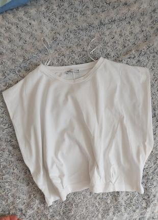 Стильная футболка с плечами
