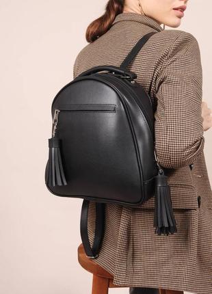 Чёрный вместительный рюкзак с кисточками