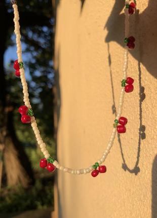 Милое ожерелье из бисера с вишенками