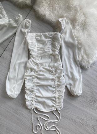 Белое платье со сборкой