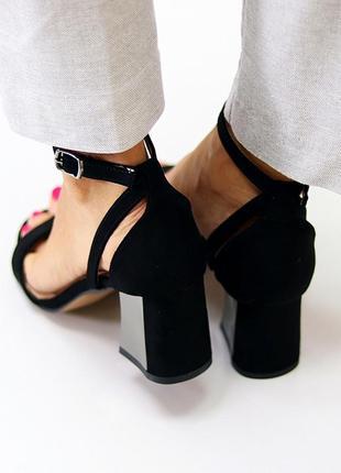 Нарядные закрытые черные женские босоножки на среднем устойчивом каблуке