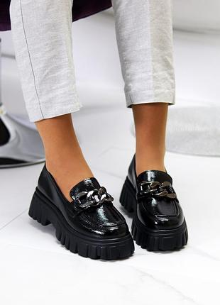 Люксовые лаковые черные женские туфли с декором на утолщенной подошве