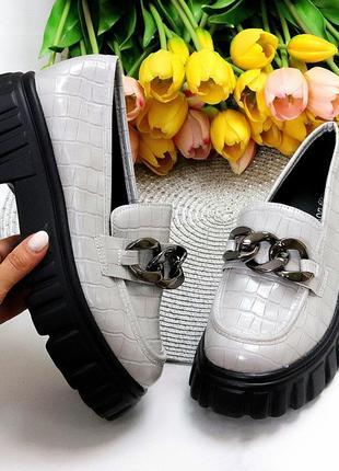 Люксовые фактурные серые женские туфли с декором на утолщенной подошве