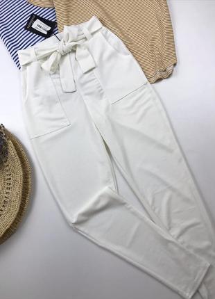 Білі брюки по фігурі