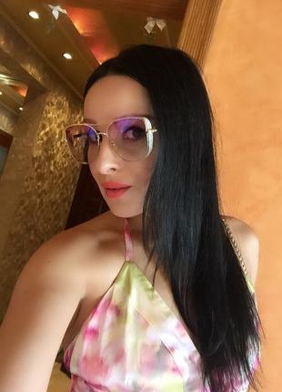 Розовые очки в золотой оправе