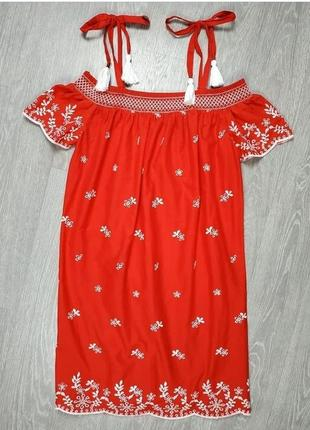 Прямое платье с вышивкой