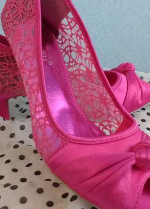 Красивые яркие туфли 37 размера krasceva