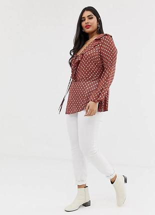 Блуза с оборками, глубоким декольте в серебристый горошек