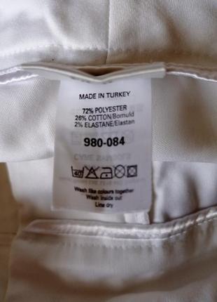 Белые укороченные брюки с завышенной талией и манжетами на штанинах