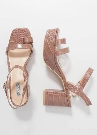 Трендовые босоножки с квадратным носом женские под змею туфли на широком каблуке