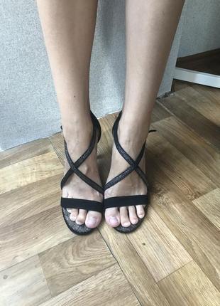 Шикарные босоножки блестящие на широкую ногу с переплетами