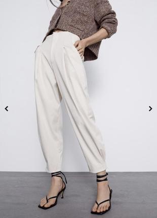 Стильные брюки свободного кроя с защипами бананы