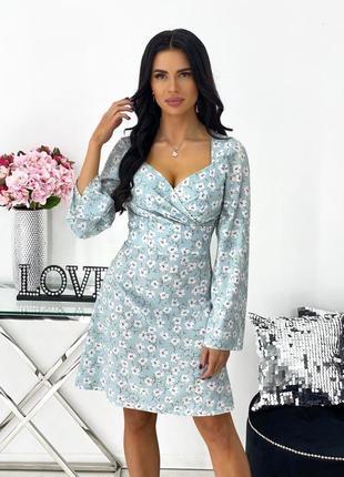 Женское платье с декольте и длинным рукавом