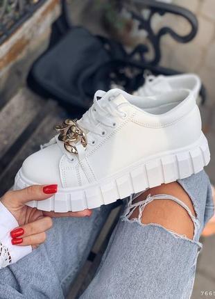 Крутые белые женские кроссовки с декором