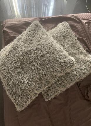 2 подушки , чёрные с белыми нитями
