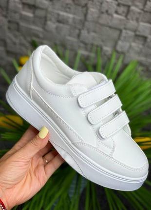 Стильные кроссовки на липучках