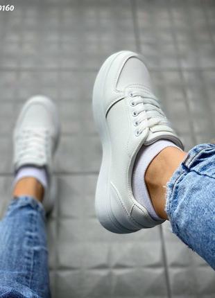 Базовые белые кроссовки