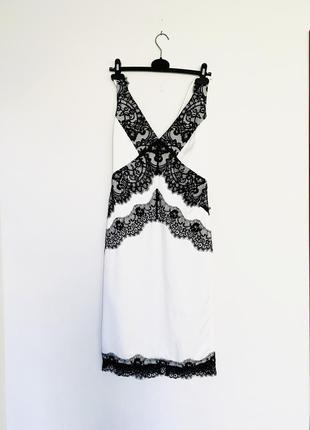 Красивое платье с кружевом.