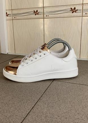 Білі кросівки new look