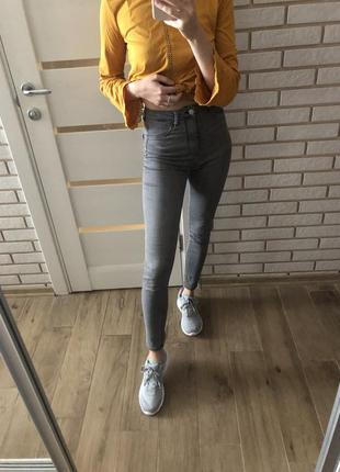 Серый джинсы в обтяжку