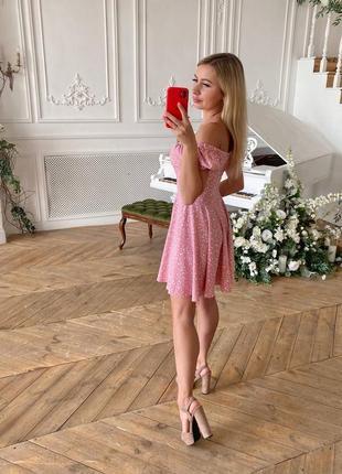 Нежное платье с плечиками и декольте