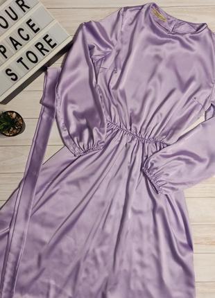 Шикарное сиреневое платье с длинным объемным рукавом под атлас