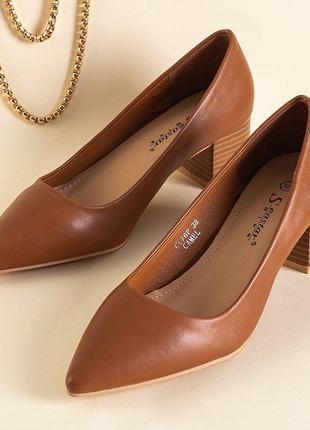 Світло-коричневі жіночі туфлі на низьких підборах