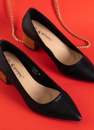 Чорні жіночі туфлі на низьких підборах
