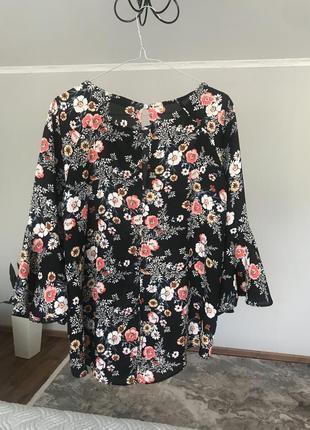Нарядна блузка в квіти