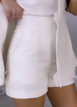 Білий костюм шорти з жилетом
