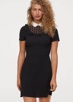 Черное стрейчевое мини платье с белым кружевным воротником h&m