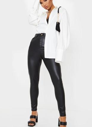 Чёрные штаны из эко кожи prettylittlething