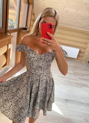 Платье с плечиками и с декольте тренд сезона