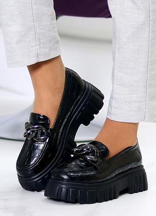 Люксовые фактурные женские туфли с декором на утолщенной подошве