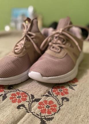 Продам новые кроссовки красивого нежного цвета