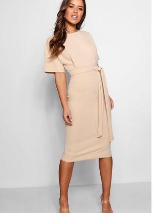 Облегающее нюдовое платье-миди