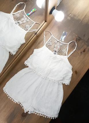 Белый легкий комбинезон шортами с ажурной вставкой