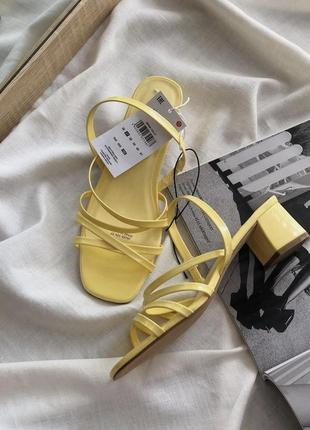 Жовті босоніжки sinsay