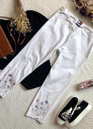 Укорочённые хлопковые белые брюки стрейч с вышивкой