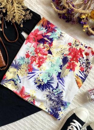 Яркая короткая юбка с цветочным принтом
