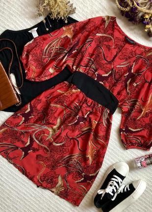 Лёгкое красное платье с красивым рисунком и поясом