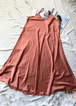 Персиковое атласное платье на бретелях италия
