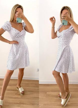 Женское платье по колено в горошек