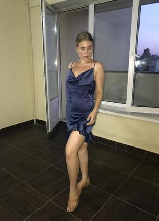 Платье с рюшами prettylittlething
