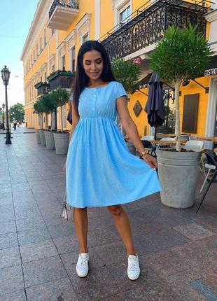 Легкое софтовое платье в горошек с декоративными пуговицами, голубое, синее